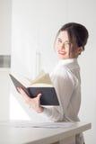 Porträt des Frauenmanagers auf weißem Hintergrund Lizenzfreie Stockfotografie