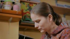Porträt des Frauentöpfers, Dekorateur, der keramische Andenken malt stock footage