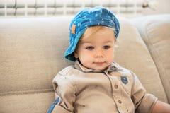 Porträt des freundlich gekleideten kleinen Jungen mit blauen Augen lizenzfreies stockfoto
