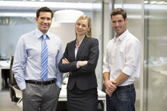 Porträt des frohen Geschäftsteam-Bürohintergrundes lizenzfreie stockfotos