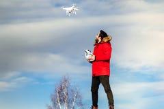 Porträt des funktionierenden Brummens des Mannes Videoüberwachung und Luftbildfotografie lizenzfreie stockbilder