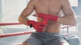Porträt des geeigneten Mannes im boxenden Verein stock video
