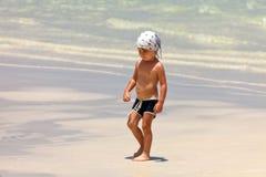 Porträt des gehenden Kindes lizenzfreies stockbild