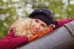 Porträt des gelockten blonden Mädchens Lizenzfreie Stockbilder