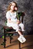 Porträt des gelockten Mädchens mit Tulpe Stockfotografie
