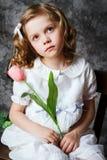 Porträt des gelockten Mädchens mit Tulpen Stockfotos