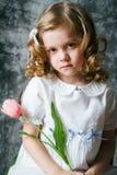 Porträt des gelockten Mädchens mit Tulpen Lizenzfreie Stockbilder
