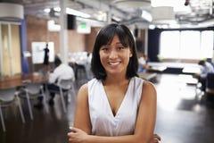 Porträt des Geschäftsfrau-In Modern Open-Plan-Büros Lizenzfreies Stockfoto