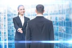 Porträt des Geschäftsfrauhändeschüttelns mit Geschäftsmann lizenzfreies stockfoto