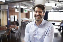 Porträt des Geschäftsmann-In Modern Open-Plan-Büros stockbild