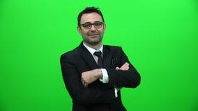 Porträt des Geschäftsmannes auf grünem Schirm stock footage
