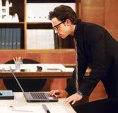 Porträt des Geschäftsmannes im modernen Büro Stockbilder