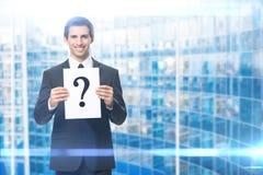 Porträt des Geschäftsmannes mit Fragezeichen stockbild