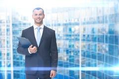 Porträt des Geschäftsmannes mit Ordner Stockfotografie