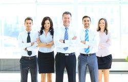 Porträt des Geschäftsmannes sein Team führend Lizenzfreie Stockfotos