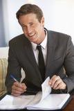 Porträt des Geschäftsmannes Working On Documents lizenzfreie stockfotografie