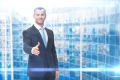 Porträt des Geschäftsmannhändedruckgestikulierens Stockfoto