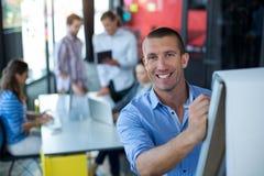Porträt des Geschäftsmannschreibens auf Flip-Chart lizenzfreie stockbilder