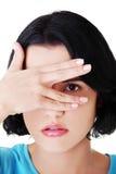 Porträt des Gesichtes der jungen attraktiven Frau bedeckte Auge eigenhändig. stockbilder