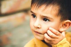 Porträt des Gesichtes eines kleinen beleidigten Jungen Stockbilder