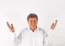 Porträt des gestikulierenden lächelnden Mannes Lizenzfreies Stockbild