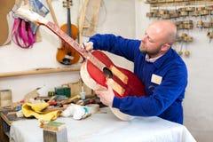 Porträt des Gitarrenherstellers lizenzfreie stockbilder