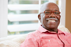 Porträt des glücklichen älteren Mannes zu Hause stockfotos