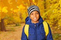 Porträt des glücklichen afrikanischen Jungen im Wald Stockbild