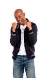 Porträt des glücklichen afrikanischen Mannes mit Blick der Leistung stockbild
