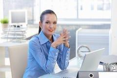 Porträt des glücklichen Büroangestelltmädchens stockbilder