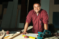 Porträt des glücklichen Berufstischlers stockfotografie