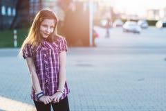 Porträt des glücklichen blonden Haares zehn Jahre Mädchen Stockfotografie