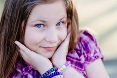 Porträt des glücklichen blonden Haares zehn Jahre Mädchen Stockbilder