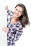 Porträt des glücklichen Brunettemädchens in den Pyjamas stockfotografie