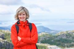 Porträt des glücklichen Frauentouristen, der draußen lächelnd steht Lizenzfreie Stockfotos