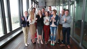 Porträt des glücklichen Geschäfts und Werbung team das Lachen und das Klatschen stock video