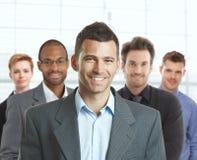 Porträt des glücklichen Geschäftsmannes und des Teams stockbild