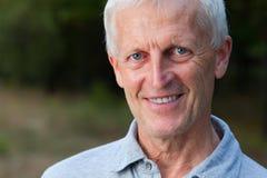 Porträt des glücklichen Gesichtes des grau-haarigen alten Mannes Stockfotos