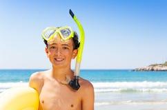 Porträt des glücklichen Jugendtauchers auf dem Strand stockfotos