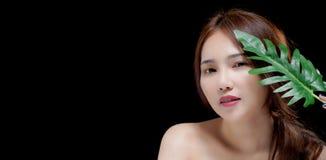 Porträt des glücklichen jungen asiatischen Mädchens der Schönheit mit Kopienraum für Ihre Anzeige oder fördernden Text lizenzfreie stockbilder