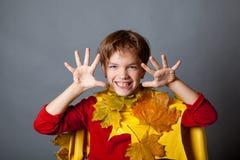 Porträt des glücklichen Jungen auf grauem Hintergrund Stockfoto