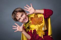 Porträt des glücklichen Jungen auf grauem Hintergrund Stockbilder