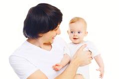 Porträt des glücklichen jungen lächelnden Vaters, der mit Baby auf Händen spielt Lizenzfreies Stockfoto