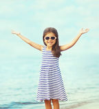 Porträt des glücklichen Kindes, das Spaß auf dem Meer, Sommer, Ferien hat lizenzfreies stockbild