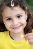 Porträt des glücklichen Kindes lächelnd, gebratene Kartoffeln essend Stockbilder