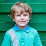 Porträt des glücklichen kleinen netten Kinderjungen mit den blonden Haaren und Blau Lizenzfreie Stockfotografie