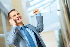 Porträt des glücklichen lächelnden jungen Geschäftsmannes stockbilder