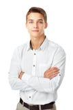 Porträt des glücklichen lächelnden jungen Mannes, der ein weißes Hemd standi trägt Stockbild