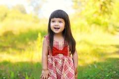 Porträt des glücklichen lächelnden netten Kindes des kleinen Mädchens draußen Stockbilder