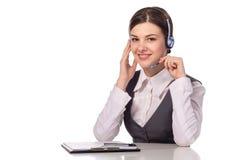 Porträt des glücklichen lächelnden netten Stütztelefonbetreibers im Kopfhörer stockfoto
